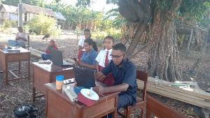 Demi Jaringan Internet, Guru-guru SDK Gusung Karang Rela Berjalan Kaki Sejauh Dua Kilometer